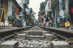 Ορόσημο του Ανόι: Κλείστε επάνω του παλαιού σιδηροδρόμου το απόγευμα στο Ανόι Βιετνάμ στοκ φωτογραφία