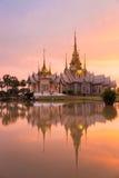 Ορόσημο του wat Ταϊλανδός με την αντανάκλαση σκιών, ηλιοβασίλεμα στο ναό σε Wat κανένα Kum Στοκ φωτογραφίες με δικαίωμα ελεύθερης χρήσης