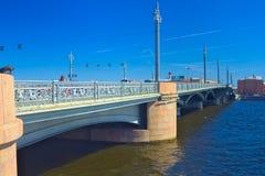 19ος αιώνας η γέφυρα Blagoveshchensky (Annunciation) που διακοσμείται με τον ιππόκαμπο Πέρα από τον ποταμό Neva σε Άγιο Πετρούπολ Στοκ Φωτογραφίες