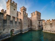 13ος αιώνας του Castle Scaliger σε Sirmione στη λίμνη Garda κοντά στο VE Στοκ Εικόνες