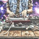 9ος του Μαρτίου Κόσμος ημέρα DJ Παίζοντας μουσική του DJ στην κινηματογράφηση σε πρώτο πλάνο αναμικτών DJ στο μακρινό σε ένα νυχτ Στοκ Φωτογραφίες