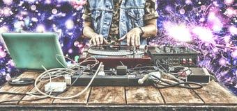 9ος του Μαρτίου Κόσμος ημέρα DJ Παίζοντας μουσική του DJ στην κινηματογράφηση σε πρώτο πλάνο αναμικτών DJ στο μακρινό σε ένα νυχτ Στοκ Εικόνες