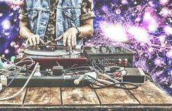 9ος του Μαρτίου Κόσμος ημέρα DJ Παίζοντας μουσική του DJ στην κινηματογράφηση σε πρώτο πλάνο αναμικτών DJ στο μακρινό σε ένα νυχτ Στοκ εικόνες με δικαίωμα ελεύθερης χρήσης
