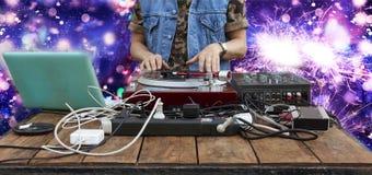 9ος του Μαρτίου Κόσμος ημέρα DJ Παίζοντας μουσική του DJ στην κινηματογράφηση σε πρώτο πλάνο αναμικτών DJ στο μακρινό σε ένα νυχτ Στοκ εικόνα με δικαίωμα ελεύθερης χρήσης
