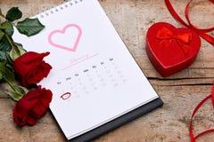 14ος του Φεβρουαρίου κατά την ημερολογιακή ημερομηνία Κόκκινος αυξήθηκε, καρδιές και δώρο BO Στοκ φωτογραφία με δικαίωμα ελεύθερης χρήσης