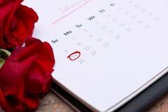 14ος του Φεβρουαρίου κατά την ημερολογιακή ημερομηνία Κόκκινος αυξήθηκε, καρδιές και δώρο BO Στοκ Φωτογραφία
