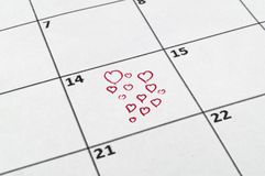 14ος του Φεβρουαρίου με ένα κόκκινο μολύβι που σύρει μια καρδιά Στοκ φωτογραφίες με δικαίωμα ελεύθερης χρήσης