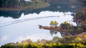 1$ος, το Δεκέμβριο του 2016 - μέρος της άποψης πόλεων Dalat από το βουνό Pinhat στη λίμνη TuyenLam στο Dong Βιετνάμ Dalat- Lam Στοκ Φωτογραφία