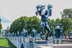 ΟΣΛΟ, ΝΟΡΒΗΓΙΑ - ΤΟΝ ΙΟΎΛΙΟ ΤΟΥ 2015: Αγάλματα Scultpure και η πηγή στο πάρκο Vigeland Scultpure στο Όσλο, Νορβηγία Στοκ εικόνες με δικαίωμα ελεύθερης χρήσης