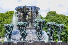ΟΣΛΟ, ΝΟΡΒΗΓΙΑ - ΤΟΝ ΙΟΎΛΙΟ ΤΟΥ 2015: Αγάλματα Scultpure και η πηγή στο πάρκο Vigeland Scultpure στο Όσλο, Νορβηγία Στοκ φωτογραφίες με δικαίωμα ελεύθερης χρήσης