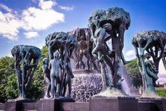 ΟΣΛΟ, ΝΟΡΒΗΓΙΑ - ΤΟΝ ΙΟΎΛΙΟ ΤΟΥ 2015: Αγάλματα Scultpure και η πηγή στο πάρκο Vigeland Scultpure στο Όσλο, Νορβηγία Στοκ Εικόνες