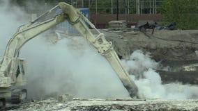 ΟΣΤΡΑΒΑ, ΔΗΜΟΚΡΑΤΊΑ ΤΗΣ ΤΣΕΧΊΑΣ, ΣΤΙΣ 28 ΑΥΓΟΎΣΤΟΥ 2018: Εκκαθάριση της επανόρθωσης των αποβλήτων υλικών οδόστρωσης του πετρελαίο απόθεμα βίντεο