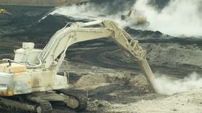 ΟΣΤΡΑΒΑ, ΔΗΜΟΚΡΑΤΊΑ ΤΗΣ ΤΣΕΧΊΑΣ, ΣΤΙΣ 28 ΝΟΕΜΒΡΊΟΥ 2018: Εκκαθάριση της επανόρθωσης των αποβλήτων υλικών οδόστρωσης του πετρελαίο απόθεμα βίντεο