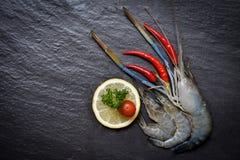 Οστρακόδερμα γαρίδων θαλασσινών/φρέσκες ωκεάνιες γαστρονομικές ακατέργαστες γαρίδες γαρίδων με το λεμόνι ντοματών τσίλι και τον π στοκ φωτογραφία με δικαίωμα ελεύθερης χρήσης