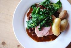 Οσφυϊκές χώρες χοιρινού κρέατος με τα φασόλια νεφρών πατατών σπανακιού Στοκ φωτογραφία με δικαίωμα ελεύθερης χρήσης