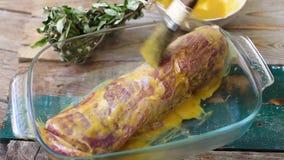 Οσφυϊκή χώρα χοιρινού κρέατος με τη σάλτσα απόθεμα βίντεο