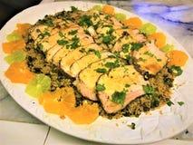 Οσφυϊκή χώρα χοιρινού κρέατος στο κρεβάτι του ρυζιού με τις φέτες φρούτων στοκ φωτογραφίες