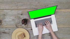 Οττάβα, ΕΠΑΝΩ, Καναδάς - 2 Φεβρουαρίου 2018: Μια γυναίκα που εργάζεται σε ένα lap-top της Apple, MacBook Pro, παίρνει μια γουλιά  φιλμ μικρού μήκους