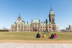 Οττάβα, Καναδάς - 15 Απριλίου 2016: Άνθρωποι που στηρίζονται στη χλόη μέσα Στοκ εικόνα με δικαίωμα ελεύθερης χρήσης