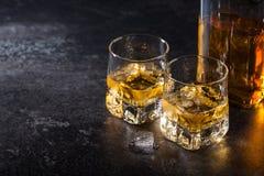 Ουίσκυ με τον πάγο στα γυαλιά και το μπουκάλι στοκ φωτογραφίες με δικαίωμα ελεύθερης χρήσης