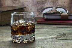 Ουίσκυ με τον πάγο, τα γυαλιά και τα βιβλία Στοκ εικόνα με δικαίωμα ελεύθερης χρήσης