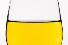 Ουίσκυ σε ένα γυαλί κρασιού που απομονώνεται στο λευκό - κίτρινο Στοκ Εικόνες