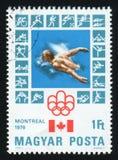 ΟΥΓΓΑΡΙΑ - CIRCA 1976: Ένα γραμματόσημο που τυπώνεται από την Ουγγαρία, παρουσιάζει στο Μόντρεαλ ολυμπιακό έμβλημα, circa το 1976 Στοκ Φωτογραφία