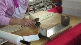 Ουγγρικά γλυκά kurtoskalacs που ψήνονται στη σχάρα απόθεμα βίντεο