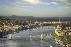 Ουγγρικά ορόσημα: Γέφυρα αλυσίδων, το Κοινοβούλιο και ποταμός Δούναβη στη Βουδαπέστη στοκ φωτογραφία με δικαίωμα ελεύθερης χρήσης