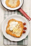 Ουγγρικά langos με την ξινά κρέμα και το τυρί Στοκ φωτογραφίες με δικαίωμα ελεύθερης χρήσης