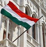 Ουγγρική σημαία στον τοίχο του κτηρίου των Κοινοβουλίων Στοκ Εικόνες