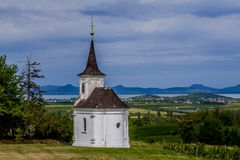 Ουγγρικό τοπίο με ένα παρεκκλησι Στοκ φωτογραφίες με δικαίωμα ελεύθερης χρήσης