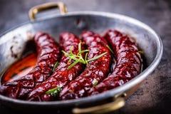λουκάνικο Ψημένο chorizo λουκάνικο Ψημένο πικάντικο chorizo λουκάνικων εγχώριο ξενοδοχείο ή εστιατόριο με το ουίσκυ κονιάκ κονιάκ Στοκ Εικόνες