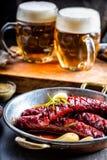 λουκάνικο Ψημένο chorizo λουκάνικο Ψημένο πικάντικο chorizo λουκάνικων εγχώριο ξενοδοχείο ή εστιατόριο με το ουίσκυ κονιάκ κονιάκ στοκ εικόνα με δικαίωμα ελεύθερης χρήσης