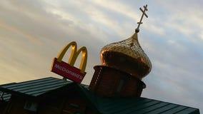 26 07 2018 Ουκρανία Κίεβο Εκκλησία και McDonald ` s στοκ φωτογραφία με δικαίωμα ελεύθερης χρήσης
