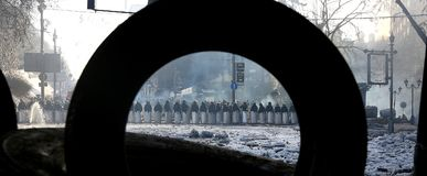 Ουκρανία Κίεβο Η ειδική ομάδα αστυνομίας στα κράνη με τις ασπίδες στις μάσκες παράταξε τις τάξεις στοκ φωτογραφία με δικαίωμα ελεύθερης χρήσης