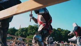 Ουκρανία, Κίεβο, στις 9 Ιουνίου 2018 2 πρωταθλήματα ιπποτών Μαζική μονομαχία των ιπποτών στο τεθωρακισμένο σιδήρου Οι ιππότες παλ απόθεμα βίντεο