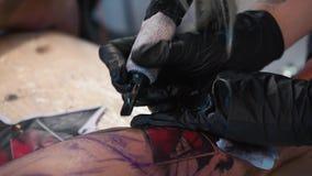 Ουκρανία, Κίεβο, στις 20 Μαΐου 2018 Τα χέρια του καλλιτέχνη που κάνει τη δερματοστιξία για τον πελάτη, καλλιτέχνης δερματοστιξιών απόθεμα βίντεο