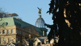 Ουκρανία, πόλη Κίεβο, κτήρια, δέντρα Κτήριο τράπεζας φιλμ μικρού μήκους
