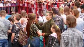 Ουκρανία, Kharkov, 2018: Οι άνθρωποι γιορτάζουν το φεστιβάλ χρωμάτων Holi Δροσερό και σύγχρονο υπαίθριο κόμμα Εορτασμός Holi απόθεμα βίντεο