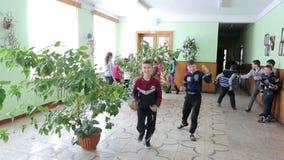 Ουκρανία Lviv 12 01 2018 Μετά από το μάθημα, πολλά παιδιά είναι στο διάδρομο του σχολείου Παιδιά που οργανώνονται σε ένα σπάσιμο απόθεμα βίντεο