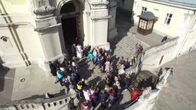 Ουκρανία Lviv Τον Απρίλιο του 2018 Οι νύφες βγαίνουν από την εκκλησία και ρίχνουν τις καραμέλες στους φιλοξενουμένους Οι φιλοξενο απόθεμα βίντεο