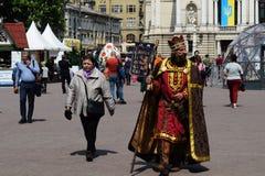 Ουκρανία, Lviv - το Μάιο του 2019: Ένα άτομο στο κοστούμι καρναβαλιού του βασιλιά Danylo Galitsky στοκ φωτογραφίες με δικαίωμα ελεύθερης χρήσης