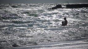 ΟΥΚΡΑΝΙΑ, ΟΔΗΣΣΟΣ - 8 Οκτωβρίου 2017: Μια ισχυρή θύελλα εν πλω, κατά τη διάρκεια της οποίας οι εξτρεμιστές λούζουν στη θάλασσα απόθεμα βίντεο