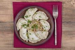 Ουκρανικά και ρωσικά πιάτα - το vareniki ή οι μπουλέττες με τις πολτοποίηση πατάτες ή το τυρί εξοχικών σπιτιών, το τηγανισμένοι κ στοκ φωτογραφία με δικαίωμα ελεύθερης χρήσης