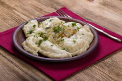 Ουκρανικά και ρωσικά πιάτα - vareniki ή μπουλέττες με τις πολτοποίηση πατάτες ή το τυρί εξοχικών σπιτιών, το τηγανισμένους κρεμμύ στοκ φωτογραφίες