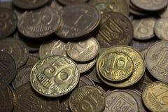 Ουκρανικά νομίσματα, πολλά χρήματα - hryvnia και μια πένα, υπόβαθρο στοκ φωτογραφίες
