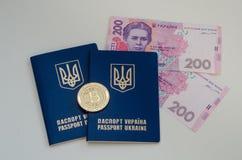 Ουκρανικά ξένα διαβατήρια και χρήματα και bitcoin νόμισμα Έννοια της Ουκρανίας και cryptocurrency Στο λευκό Στοκ φωτογραφία με δικαίωμα ελεύθερης χρήσης
