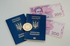 Ουκρανικά ξένα διαβατήρια και χρήματα και bitcoin νόμισμα Έννοια της Ουκρανίας και cryptocurrency Στο λευκό Στοκ Φωτογραφίες