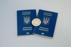 Ουκρανικά ξένα διαβατήρια και bitcoin νόμισμα Έννοια της Ουκρανίας και cryptocurrency Στην άσπρη ανασκόπηση Στοκ φωτογραφία με δικαίωμα ελεύθερης χρήσης